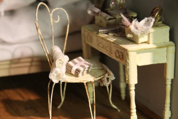 Je kunt je poppenhuis op allerlei manieren inrichten. Er zijn namelijk vele verschillende miniaturen te koop.